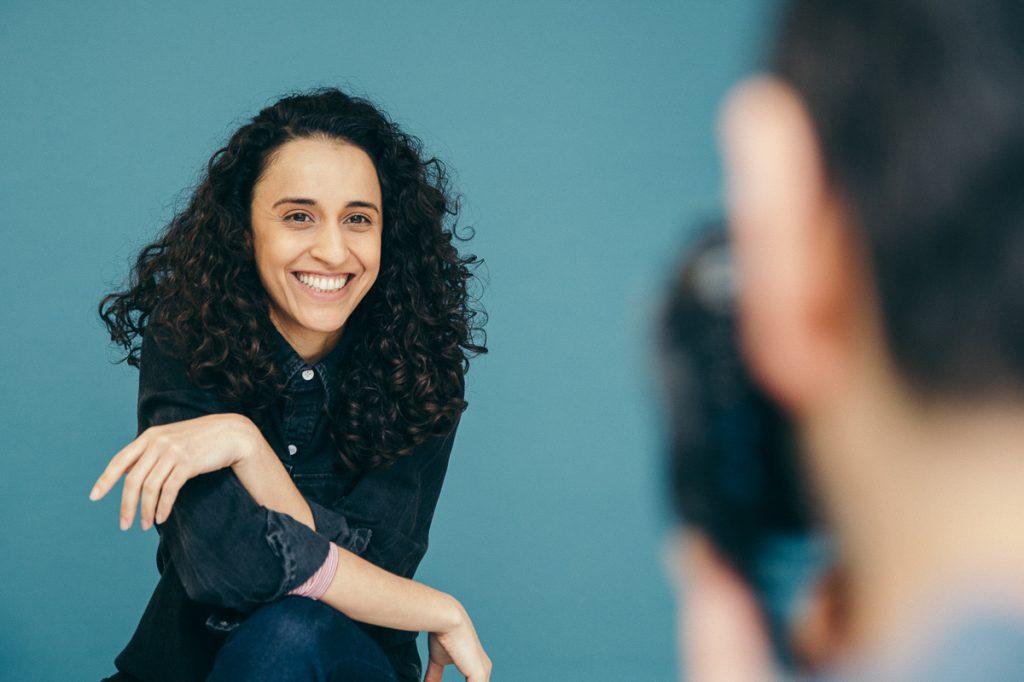 uśmiechnięta dziewczyna pozująca do zdjęcia w studio