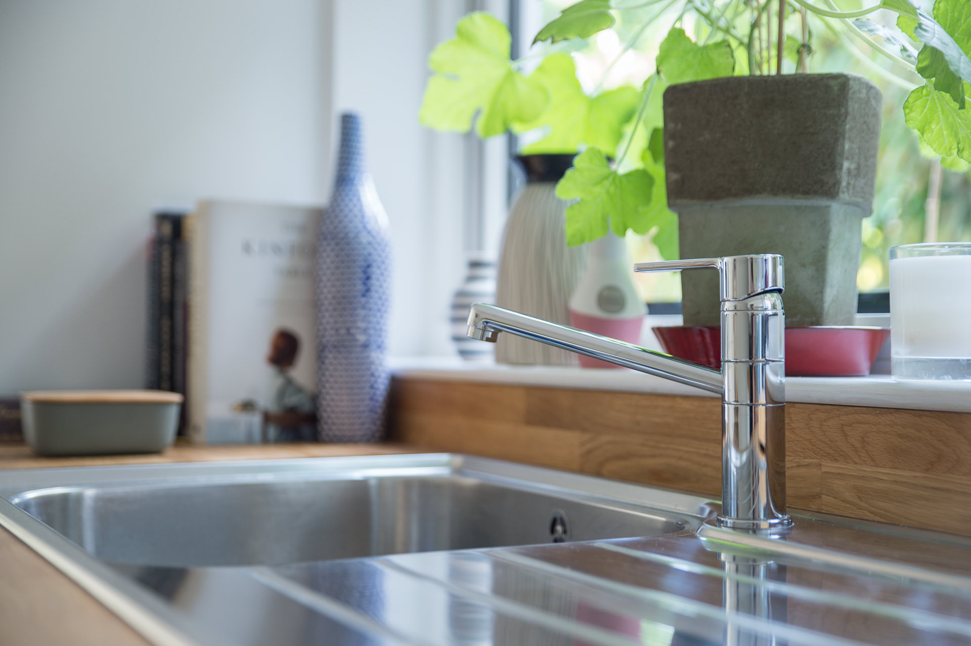 kithen sink and tap sideview