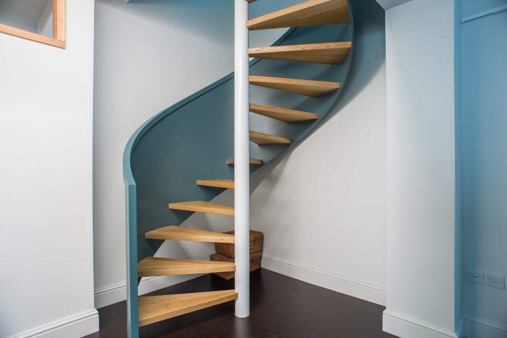kręte drewniane schody wiodące na kolejne piętro w domu